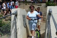 Claudia mit Stil und Roller vorfreudig auf dem Brückenkopf.