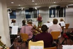Unser Dirigent Matthias leitet die Konzertvorbereitung ein.