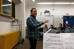 Da ist der Dirigent sichtlich begeistert!!! Schön, ja Megasuperduperhypergeilomat-schön war es!