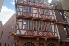 """Dieses tolle Haus, das Haus """"zur goldenen Waage"""", wurde z.B. erst 2018 fertig gestellt und kostete kanpp 8 Mio. €"""