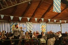 Im passend geschmückten Zelt gastierten die Taunusmusikanten vor dem gut gelaunten Publikum!
