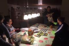 Der Bastelabend für die Geschenke startet gut vorbereitet