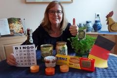 Siegerin mit Sieges-Bingo-Zettel hinter Sauerkraut und Eisbein, ein Stillleben der besonderen Art